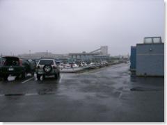小雨の降る本牧港